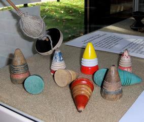 Drehkreisel - Spielzeug, Spiel, spielen, Holz, Kreisel, bunt, drehen, Fliehkraft, Physik, Drehimpuls, Trägheit, Peitsche, alt