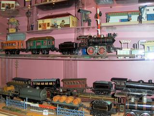 Alte Eisenbahn - Spielzeug, Spiel, spielen, Blech, Metall, bunt, Eisenbahn, Lokomotive, Zug, Wagon, Waggon, Transport, Güterzug, Bahnhof, Verkehr