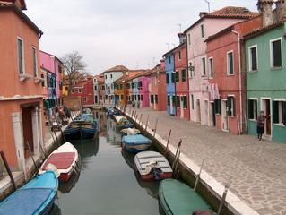 Interessante Architektur und Farbgebung - Fischerhäuser, Venedig, Burano, Lagune, Insel, bunt, Kanal, Boote, Häuserzeile, Wohnhaus