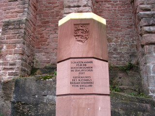 Staufer-Stele, Trifels #1 - Stele, Staufer, Trifels, Gedenkstein, oktogonaler Grundriss, Inschrift