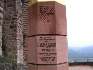 Staufer-Stele, Trifels #2 - Stele, Staufer, Trifels, Gedenkstein, oktogonaler Grundriss, Inschrift