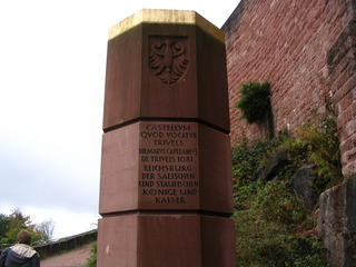 Staufer-Stele, Trifels #3 - Stele, Staufer, Trifels, Gedenkstein, oktogonaler Grundriss, Inschrift