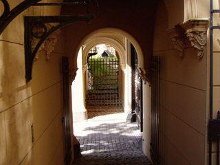 Eingang oder Durchgang - Eingang, Durchgang, Ausgang, Perspektiven, Bildimpuls, Tür, Gitter, Licht, Schatten, Bogen