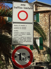 Warnschild - italienisch - Schild, Warnung, Warnhinweis, Straßenschild, italienisch