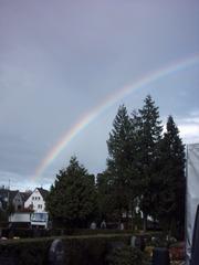 Regenbogen über dem Friedhof - Wetterphänomen, Regenbogen, Regen, Spektralfarben, Kreisbogen, Farbe, Optik, Brechung, Lichtbrechung, Reflexion, Wetter, Farbzerlegung, Wettererscheinung