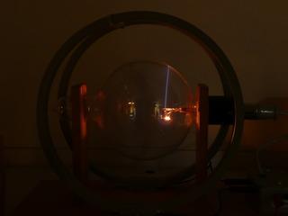 Massenbestimmung mit dem Fadenstrahlrohr #3 - Kräfte im Magnetfeld, Fadenstrahlrohr, Masse des Elektrons, spezifische Ladung, Helmholzspule, Elektronenstrahl, keine Ablenkung