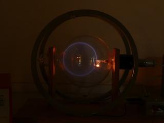 Massenbestimmung mit dem Fadenstrahlrohr #5 - Kräfte im Magnetfeld, Fadenstrahlrohr, Masse des Elektrons, spezifische Ladung, Helmholzspule, Elektronenstrahl, Ablenkung, Kreis, Lorentzkraft, Zentripetalkraft
