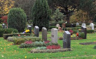 Friedhof zu Allerheiligen #3 - Grab, Gräber, Beisetzung, Friedhof, Beerdigung, Allerheiligen, Grabschmuck, Blumen, Kerze, Licht, Trauer, Religion, Tradition, Feiertag, Grabstein, Herbst, Ruhe, Stille, Tod, sterben