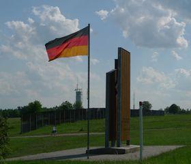 Gedenkstätte Point Alpha #1 - Grenze, Grenzanlagen, Demarkationslinie, Gedenkstätte, Fahne