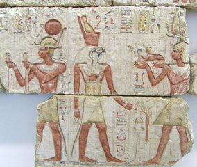 Pharao und Horus - Ägypten, Antike, Hochkultur, Pharao, vor 2295 Jahren, 295 vor Chr., Kalkstein, Grab, Totenkult, Pharao Ptolemaios, Kunst, Raster, Quadrat, Hilfslinien