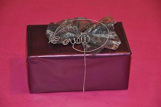 Geschenk - Geschenk, present, Weihnachten, Geburtstag, Verpackung, Papier, Schleife, schenken, einpacken, überreichen, violett, lila, Quader, Volumen, Oberfläche