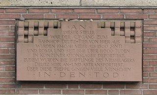 Köln Deutzer Bahnhof Gedenktafel am Bahnsteig Deutz-Tief (Nähe Messe) - Gedenktafel, Nationalsozialismus, Juden, Sinti, Roma