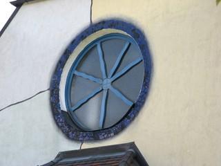 Rundfenster der Hundertwasserkirche in Bärnbach - Hundertwasser, Bärnbach, Kirche, Kreis, rund, Teilung, Brüche, unregelmäßig, Rundfenster