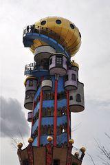 Hundertwasserturm # 3 - Turm, Hundertwasserturm, Kuchlbauer, Kuchlbauer-Turm, Abensberg, Bayern, Hallertau, Aussichtsturm, Kugel, Gold, bunt, Säule, Fenster, Fensterrecht, Spirale, Hundertwasser, Friedensreich, Stowasser, Dunkelbunt, Regentag