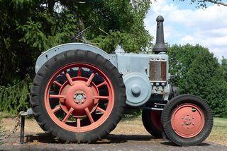 Traktor #1 - Landwirtschaft, Bauer, Feld bestellen, Oldtimer, Traktor, Zugmaschine, Schlepper, Ackerschlepper, Trecker, Bulldog, Feldarbeit, Kreis, Umfang, Umdrehung