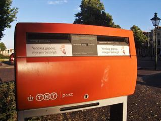 Niederlande: Briefkasten - Post, Postkasten, Briefkasten, Aufschrift, niederländisch, rot