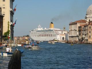 Kreuzfahrtschiff in Venedig - Venedig, Schiff, Kreuzfahrt, Passagierschiff, Canal Grande