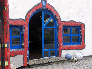 Hundertwasser Markthalle #4 - Hundertwasser, Friedensreich, Schweiz, Kunst, Objekt, Gebäude, Markthalle, Hundertwasserhaus, bunt, Fenster, Tür, Eingang