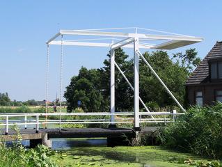 Ziehbrücke in Maasland, NL - Zugbrücke, Ziehbrücke, Brücke, Gracht, Graben, Hebel, Hebelgesetz, Gewicht, Gegengewicht, Physik, Kraft, idyllisch, Natur, Niederlande, Holland, Wasser