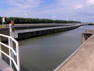 Schleusenanlage #1 - Schleuse, Wasser, Wasserweg, Transport, Schiff, Schiffe, Windrad, Windräder