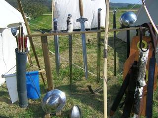 Schwerter - Schwert, Waffe, Lanze, Axt, Pfeil, Boden, Helm