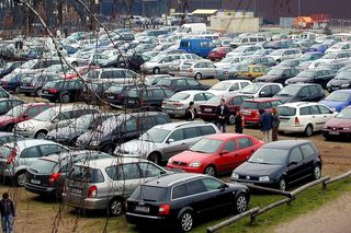 Autos auf dem Parkplatz - Verkehr, Auto, Pkw, Parkplatz, Wiese, Autos, parken