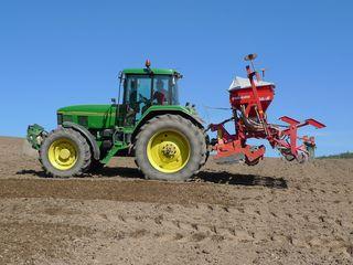 Traktor - Aussaat #1 - Landwirtschaft, Bauer, Feld bestellen, Traktor, Zugmaschine, Schlepper, Ackerschlepper, Trecker, Bulldog, Feldarbeit, Kreis, Umfang, Umdrehung, eggen, säen