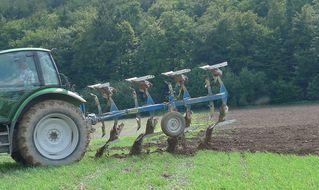 Pflug #2 - Landwirtschaft, Bauer, Feld bestellen, Traktor, Zugmaschine, Schlepper, Ackerschlepper, Trecker, Bulldog, Feldarbeit, Kreis, Umfang, Umdrehung, pflügen