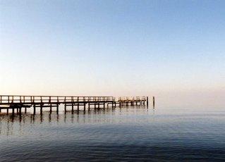 Steg am Ostseestrand - Ostsee, Strand, Steg, Meditation, Weite, weit, blau, Wasser, Himmel, Ruhe, Meer