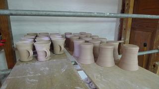 Töpferarbeiten #1 - Töpferei, Tassen, Becher, brennen, Keramikherstellung, Ton, Lehm, formen, trocknen, Tongefäß, Kunsthandwerk, Handwerk, Töpfer, Beruf