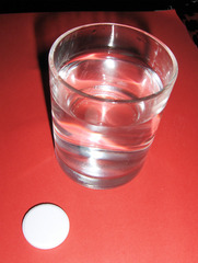 Sprudeltablette #1 - Sprudeltablette, Tablette, Sprudel, sprudeln, Sauerstoff, auflösen, Medikament, Medizin, krank, gesund, trinken, Kopfschmerzen, Vitamine