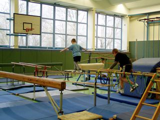 Bewegungslandschaft#3 - bewegen, Bewegungslandschaft, Sport, Aufbau, Geräte, balancieren, Balken, Barren klettern
