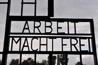 KZ Sachsenhausen - KZ, Konzentrationslager, Lager, Sachsenhausen, Gedenkstätte, Gedenken, Nazidiktatur, Slogan, Spruch, Tor, Hohn, Verhöhnung, Gefangener, Gefangene, Arbeit, frei, gefangen