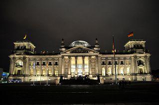 Reichstag - Reichstag, Berlin, Regierungssitz, Deutscher Bundestag, Tiergarten, Reichtstagskuppel, Flagge, Foster, Sir Norman Foster, Architektur, Nacht, Licht, dunkel
