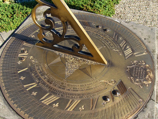 Sonnenuhr #2 - Sonnenuhr, Uhr, Uhrzeit, Sonne, Zeit, Zeitmessung, Zeitangabe, Wetter, Licht, Schatten, Messing, Gravur, alt, 12.00 Uhr, Sommerzeit, Physik, Optik